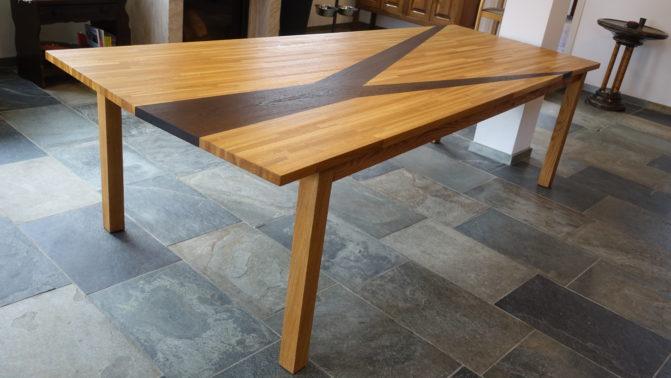 Foto van bestaande tafel die verbreed en verhoogd is en daardoor uniek
