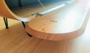 Hifi-meubel van iepen, detail klepdeur